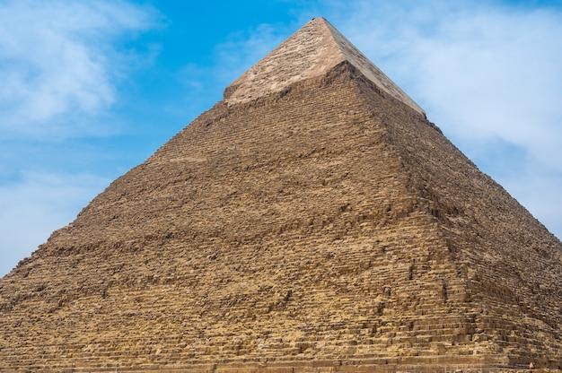 Khafre의 피라미드 더 정확하게 khafra는 두 번째로 큰 고대 이집트 피라미드입니다. 그레이트 스핑크스 옆에 위치한 기자 피라미드 단지, 이집트 카이로의 카프레 피라미드. 기지에서 보기