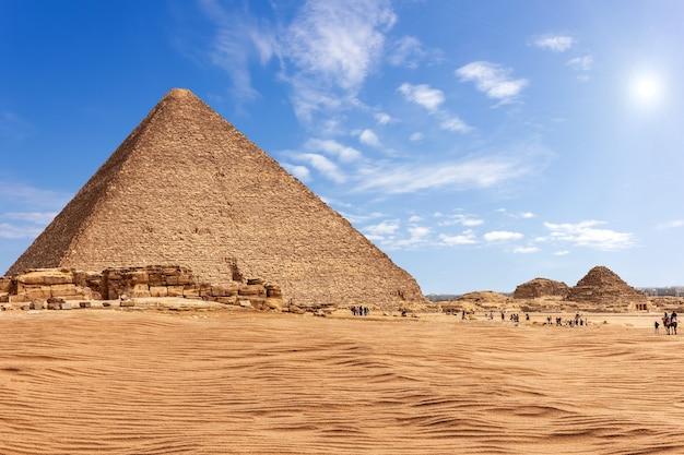 エジプト、ギザの日当たりの良い砂漠にあるメンカウラー王のピラミッド。