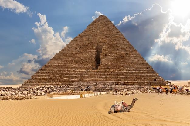 近くにラクダと馬がいるメンカウラー王のピラミッド、ギザ、エジプト。