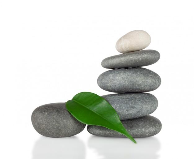 緑の葉と丸い石のピラミッド