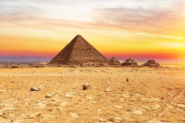ピラミッドまたはメンカウラーと日没時の女王のピラミッド、ギザ、エジプト。