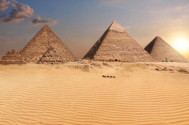 日没後のピラミッド、素晴らしい砂漠の景色、エジプト。