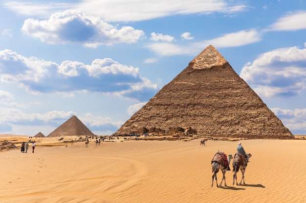 エジプト、ギザの砂漠のピラミッドとベドウィン。