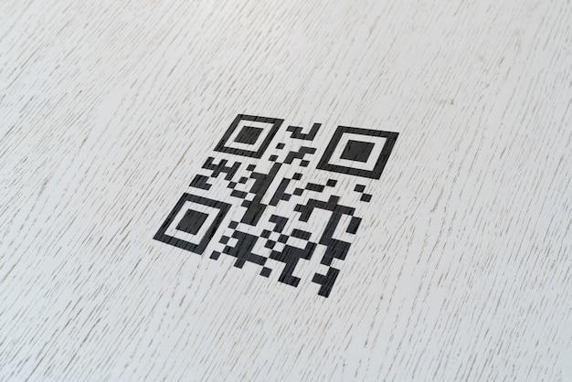 결제를 위해 벽면에 인쇄 된 qr 코드 스캔