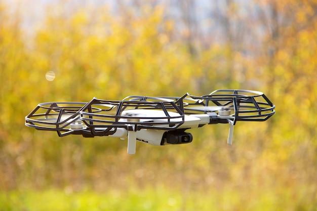 飛行中のクワッドコプター。ドローンを飛ばします。空中での写真とビデオの撮影。