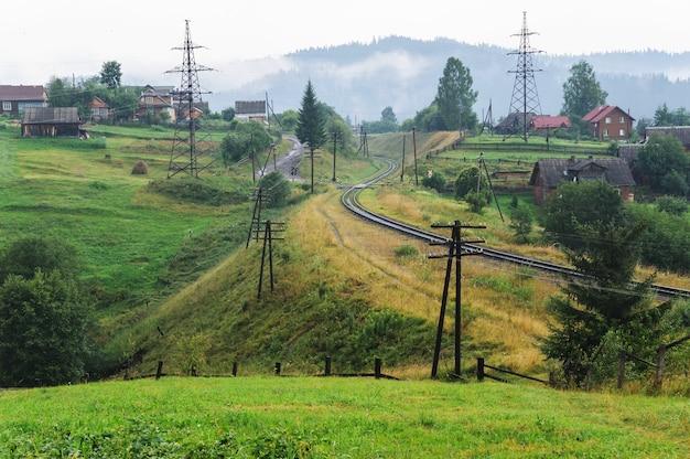 鉄道は山の間を走っています。