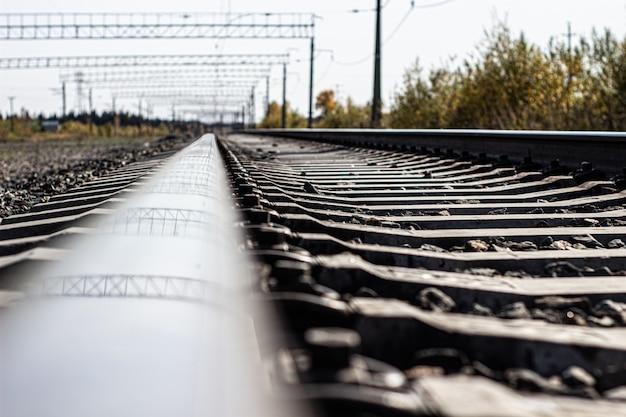 Крупный план железнодорожных путей. транспортный поезд.