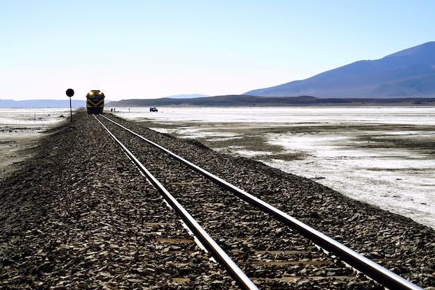 Железная дорога и поезд посреди пустыни.