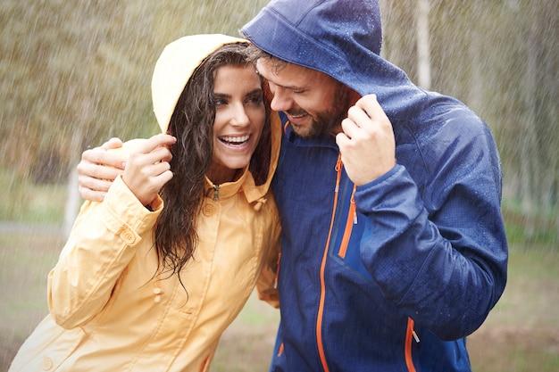 雨は私たちを幸せにします