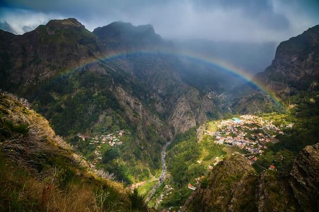 尼僧の谷の上の虹