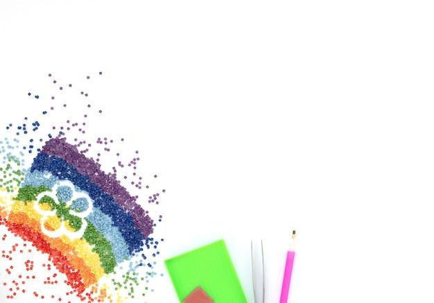 花の形をしたカラフルなクリスタルの虹、ピンセット、スタイラス、ダイヤモンド刺繍用トレイ、白地にモザイク