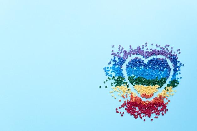 ダイヤモンドの刺繡、青い背景のモザイクのハート型のカラフルなクリスタルの虹