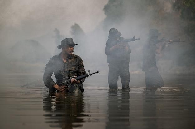 레인저는 물 위를 걸어 무작위로 쏘고 공격합니다.
