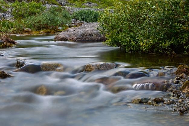 山川の急流。