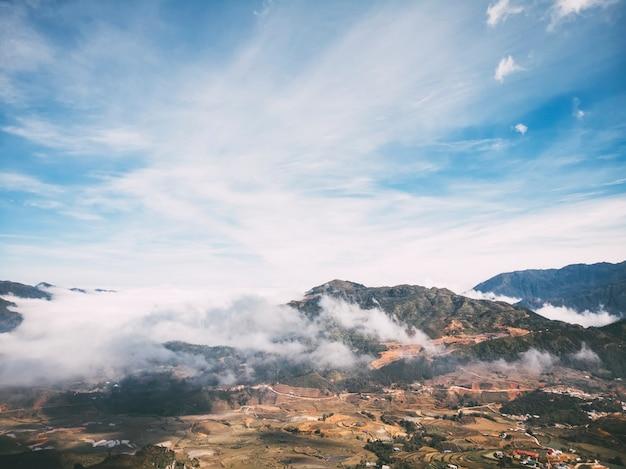 北ベトナム観光地のサパ山と村の風景の生写真。