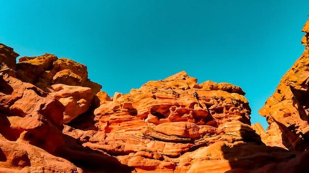 太陽の光が赤い峡谷の巨大な山を照らします Premium写真