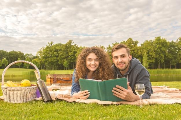 公園でのピクニックで本を読む