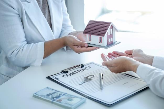 Агент по недвижимости разъясняет бизнес-покупателю договор о ведении бизнеса или страховку жилья.