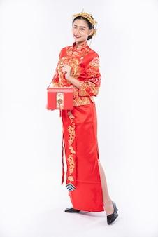 赤いバッグは、中国の旧正月に会社から賞を受賞した幸運な女性にとって非常に美しいです