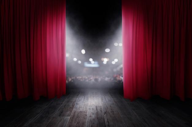 Красные занавески открываются перед театральным представлением