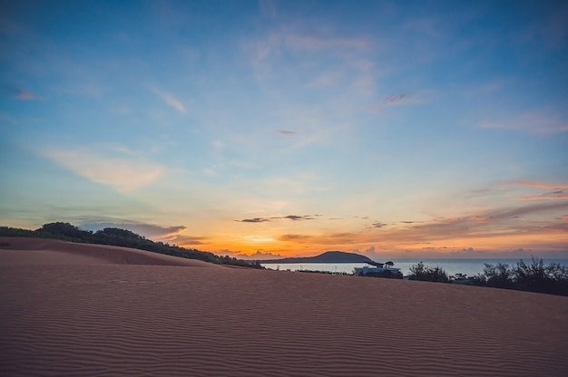 夜明けのベトナムの赤い砂漠