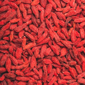 붉은 말린 구기자 열매를 배경으로