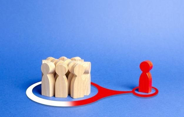 Красная фигура человека оказывает влияние и давление на группу людей с целью изменить их мнение и видение реальности.