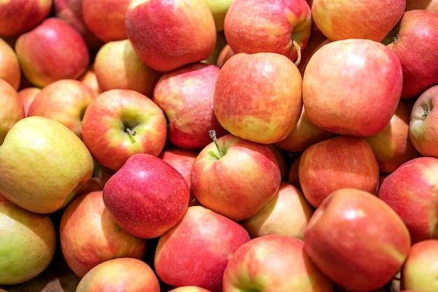 背景としての赤い新鮮なリンゴ