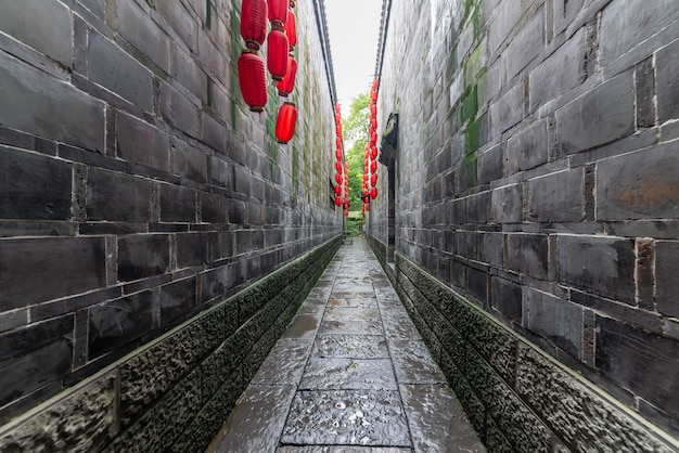 Красный фонарь висит на аллее древнего города, чэнду, сычуань, китай