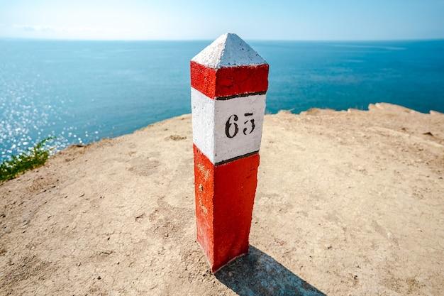 海岸の赤い四分の一のポスト