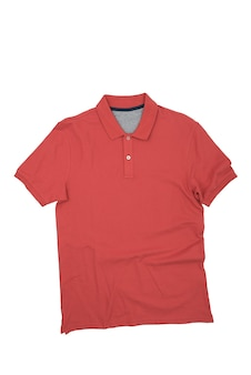 赤いシャツは白い背景に、分離されています。レイアウト、モックアップ、ラベルの場所。