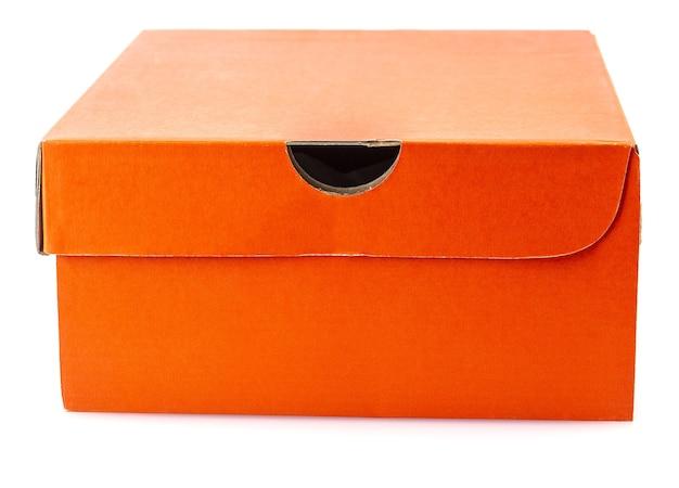 白い背景で隔離の赤い靴箱。