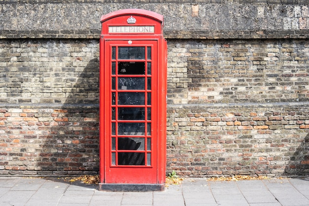 공중 전화를위한 전화 키오스크 인 빨간 전화 박스는 영국, 몰타, 버뮤다 및 지브롤터의 거리에서 친숙한 광경입니다.