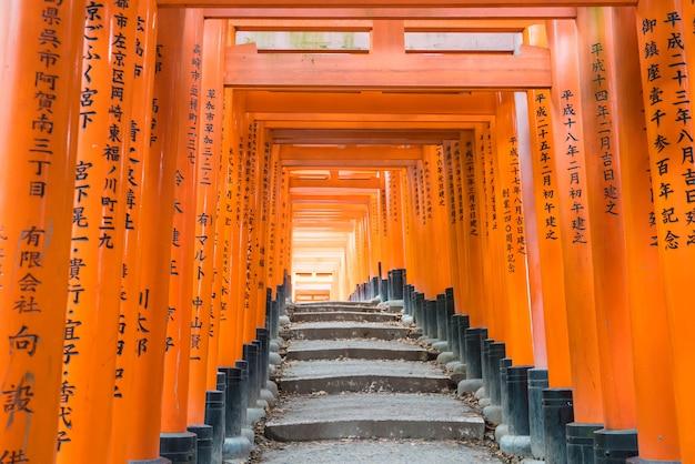 京都の伏見稲荷大社の赤い鳥居の通り道。