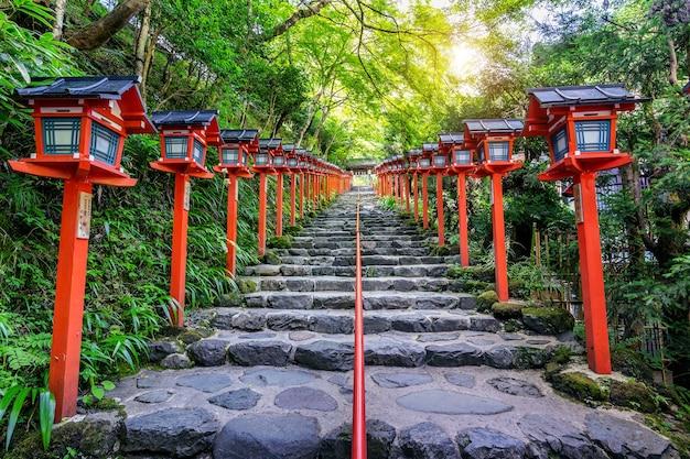 일본 교토 기후 네 신사의 붉은 전통 전등 기둥.