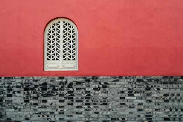 寺院の赤い壁と窓