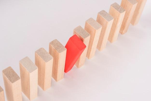 赤い木ブロックが群衆から際立っています。リーダーシップの概念。