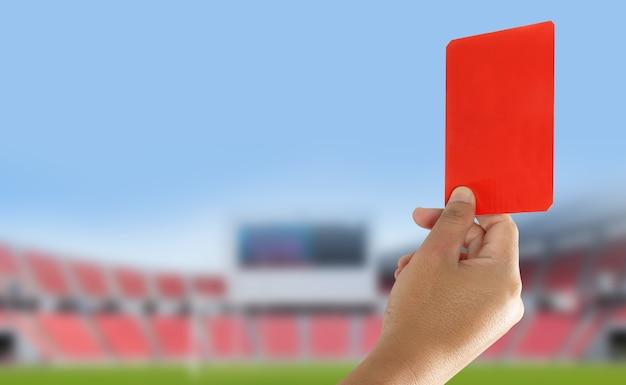 심판은 경기장에서 레드 카드를 보여 주었다