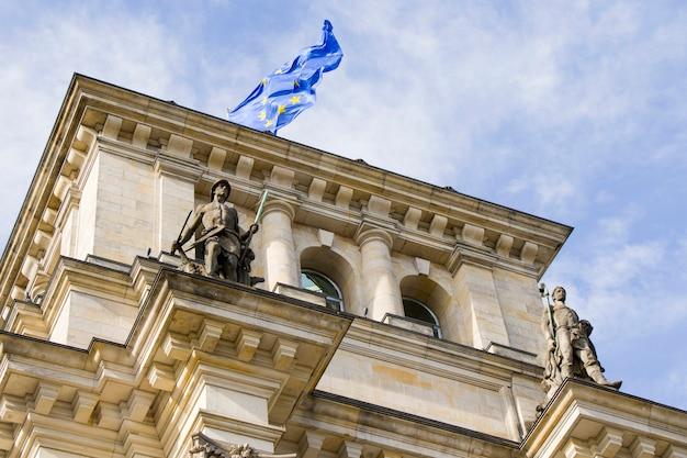 国会議事堂は、ベルリンの激動の歴史を静かに目撃し、ベルリンで最も重要な歴史的建造物の1つです。