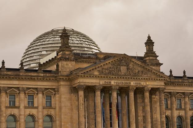 Рейхстаг - это старый немецкий парламент с облачным небом на заднем плане.