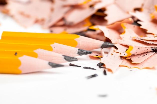 연필깎이 후 남은 나무와 납쓰레기, 검정연필을 준비하고 깎은 후의 쓰레기