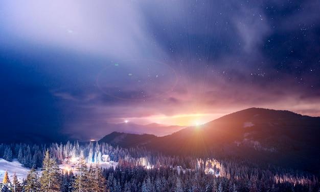 夜に照らされるリゾートスキーリゾートは、澄んだ星空の上の絵のように美しい場所にあります。カントリーバケーションコンセプト。