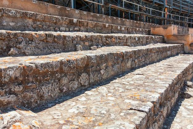 석조 좌석이있는 복원 된 고대 원형 극장