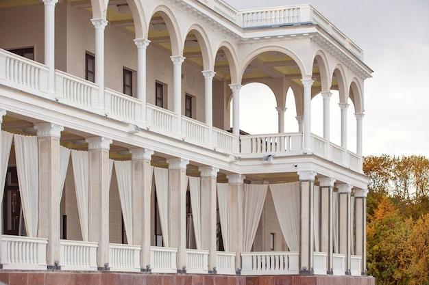 Отреставрированное здание московского речного вокзала с колоннами и мраморной плиткой