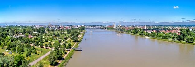 프랑스 도시 스트라스부르와 독일 도시 켈 사이의 라인 강. jardin des deux rives