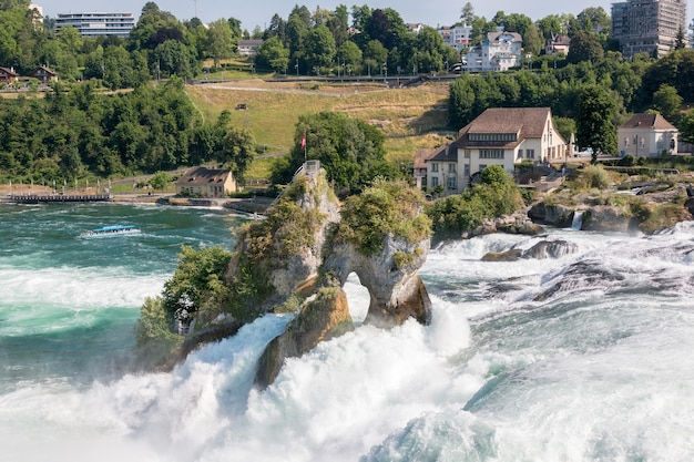 ライン滝は、スイスのシャフハウゼンにあるヨーロッパ最大の滝です。太陽と夏の日。ローフェン城からの眺め