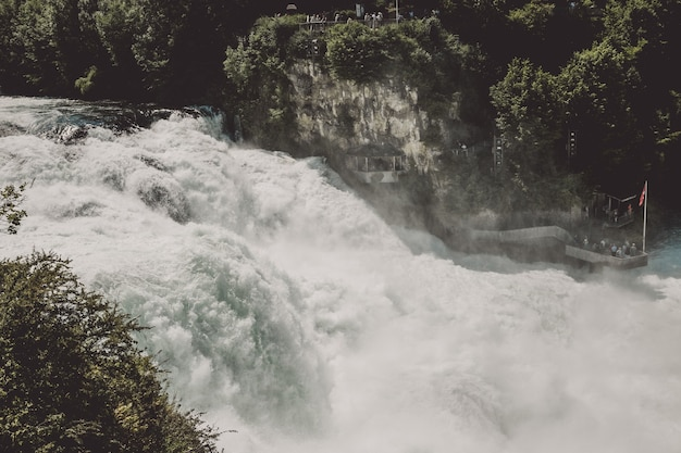 ライン滝は、スイスのシャフハウゼンにあるヨーロッパ最大の滝です。太陽と夏の日。岩からの眺め