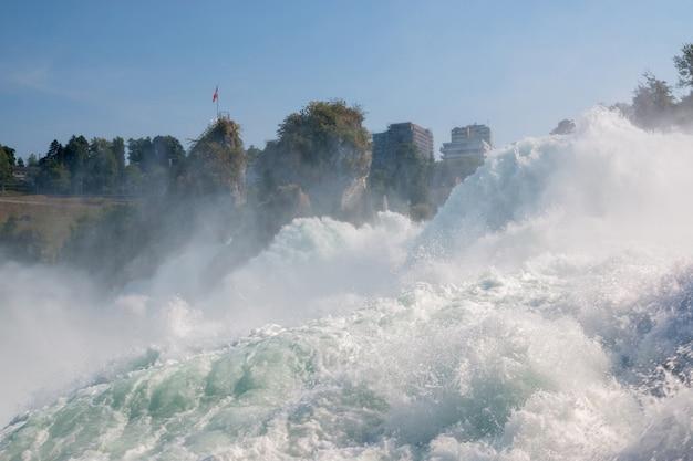 Рейнский водопад - самый большой водопад в европе в шаффхаузене, швейцария. летний день с солнцем