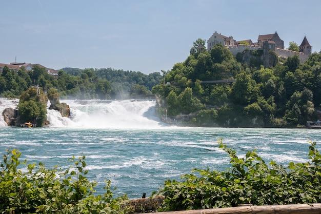 ライン滝は、スイスのシャフハウゼンにあるヨーロッパ最大の滝です。夏の風景、太陽の光の天気、青い空と晴れた日
