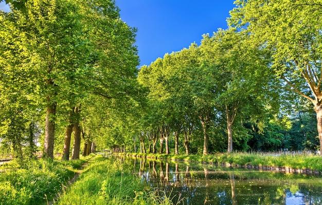 Канал рона - рейн возле страсбурга в эльзасе, франция